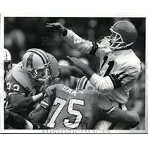 1987 Press Photo: Christensen gets hammered by Oilers linebacker Tom Briehl