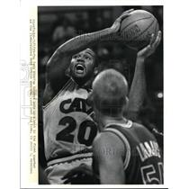 1989 Press Photo The Cavs Winston Bennett shoots with watching Brad Lonaus.