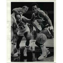 1983 Press Photo Leonard Robinson holds back World B. Free of the Cava.