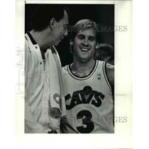 1990 Press Photo The Cavs' Craig Ehlo & Paul Mokeski joke around during time out