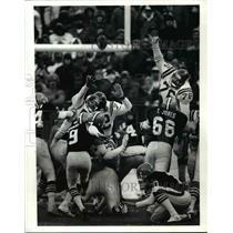 1989 Press Photo Matt Bahr kicks 32 yard field goal to tie the game at 17-17