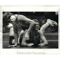 1985 Press Photo Cleveland States Carl Ritcher wrestles with Lehigh Chris Mears