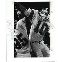 1986 Press Photo Kevin Thomas high fives Boris Hart for touchdown against Mentor