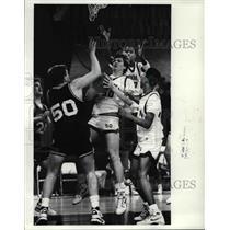 1989 Press Photo: Tim Morgan pulls down a rebound during 2nd quarter