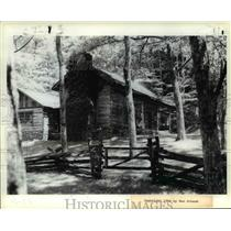 1984 Press Photo Rustic log cabin and art gallery at Townsend, Tennessee