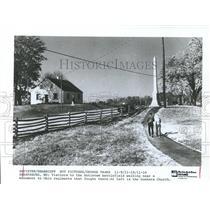 1987 Press Photo Antietem Civil War Battlefield Visitors, Sharpsburg, Maryland
