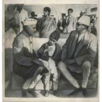 1950 Press Photo Jawaharlal Nehru greets King Tabhuvana Bir Bikram, New Delhi