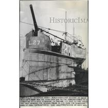 1940 Press Photo New recruits of Great Britain's Navy train atop a submarine