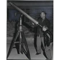 1958 Press Photo Chester Brown looks through the telescope - spb04890