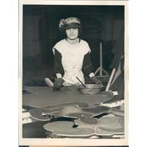 1923 Press Photo Detroit MI Marion Walker Herbert Prepares Art Work - ner30757