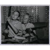 1954 Press Photo John Smith Jim Africa missionary guns - RRX55823