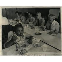 Press Photo Newberry Center Guests Lunch With Children - RRW03209