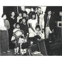 1975 Press Photo Refugees-Nho Hyun Do and family meet McDonald - spa92313