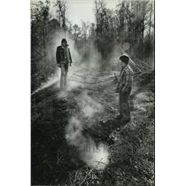 1979 Press Photo David Payne, David Bryars, Inspect Burning Mound, Alabama