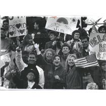 1991 Press Photo Families friends cheer Marine Corps re