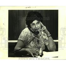 1980 Press Photo Angela deBango matches Cuban refugees with sponsors - noa86672