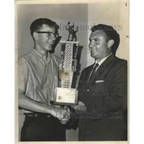 Press Photo Roy Bartlett Presents Trophy - nos03597