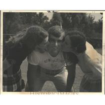 1970 Press Photo New Orleans Saints Dick Absher Kissed by Two Power Puff Players
