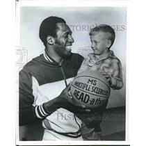 Press Photo Harlem Globetrotters star Meadowlark Lemon with Heath Cavanaugh