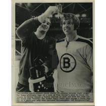 1971 Press Photo Bruin Ken Hodge takes a lock of Mike Walton's hair, Hockey