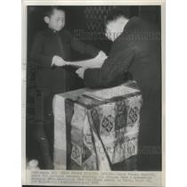 1946 Press Photo Crown Price Akahito, son of Japanese Emperor receives diploma