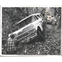 1961 Press Photo Expedition team's axel breaks along the Colombian border