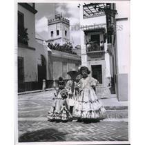 1982 Press Photo Young Spanish children in Las Cadenas Square in Seville, Spain.
