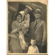1932 Press Photo Mr. and Mrs. W.H. Irwin and children board plane with pilot