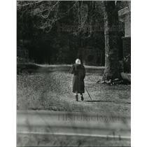 1981 Press Photo Elderly Lady takes walk off Alton Road Eastern County Section