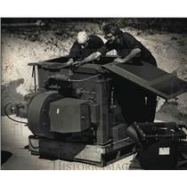 1989 Press Photo Daniel Francis and Robert Stewart, No Dus machine, Muskego