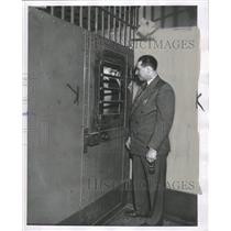 1952 Press Photo Lester A. Almstadt Talks To Prisoner - RRW33199