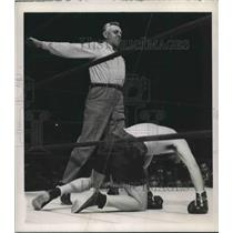 1946 Press Photo Boxer Billy Conn as Referee Eddie Joseph spreads his arms wide