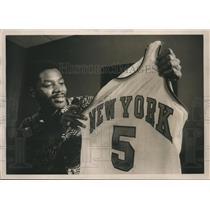 1976 Press Photo Former Buffalo Braves Jim McMillian holds his new Knicks shirt