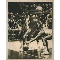 1976 Press Photo New York Neal Walk and Harthorne Wingo fight fog loose ball
