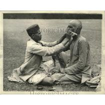 1936 Press Photo Two men in India, grooming - mjb82827