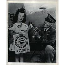 1941 Press Photo Little Miss Ohio holds a United States Army Air Corps Poster