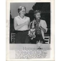 1956 Press Photo Golfers Clifford Ann Creed and Jo Anne Gunderson with Trophy