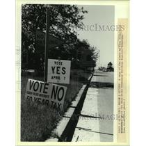 1990 Press Photo Voting signs along the streets of Eden Isles. - noa95143