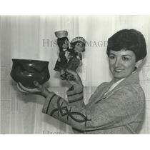 1980 Press Photo Vanessa Carter displays dolls and pottery from Guatemala