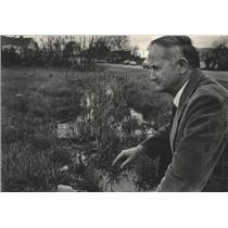 1983 Press Photo Mayor Gwin Wells at open ditch near downtown Sumiton, Alabama