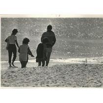 1985 Press Photo family on the beach, Gulf Shores, Alabama - abna12802