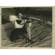 1929 Press Photo Miss Alice Waite of the Rifle Team practices with her team