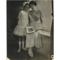 1918 Press Photo Mrs. Elmer Huph and her daughter - nef71023