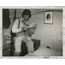 1942 Press Photo Sgt Eugene Damron reads a letter from his girl back home