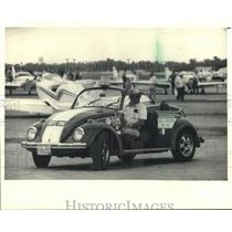 "1988 Press Photo Paul Poberezny in his VW ""Red One"" EAA Fly-in convention"