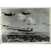 1943 Press Photo American heavy bombers zoom low across Tunisian Countryside