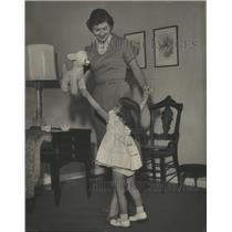 1960 Press Photo Mrs. Frank Duval with Beth Ann, 3 year old dancing in Home