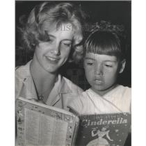 1961 Press Photo Dana Gordon reads to Victoria Garcia, Clayton Homes Houston