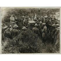 1932 Press Photo Captain M. C. Handword teaches the use of anti aircraft gun