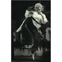 1983 Press Photo Tracey Stanger practices Tae Kwon Do for exercise and safety